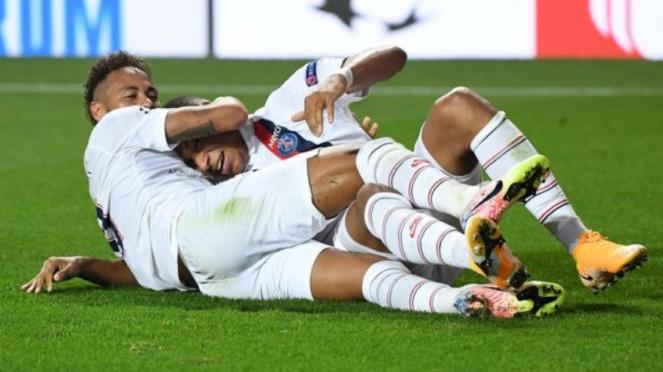 Dua bintang Paris Saint-Germain, Neymar dan Kylian Mbappe, rayakan gol