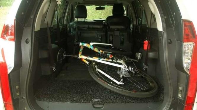 Ilustrasi membawa sepeda di kabin mobil