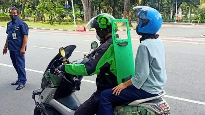 Di masa pandemi ini, pengendara transportasi online mengalami masalah pelik. Meskipun begitu driver tetap bertahan dengan mengandalkan pemasukan dari jasa mengantarkan barang.