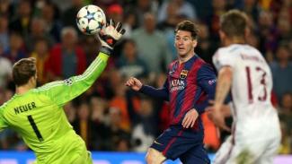 Megabintang Barcelona, Lionel Messi membobol gawang Manuel Neuer