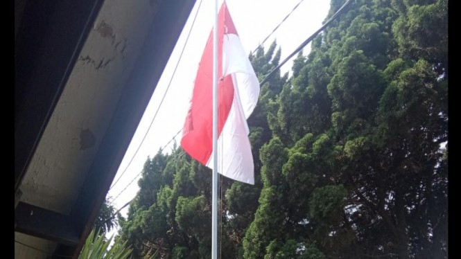 Memasang bendera merah putih sebagai wujud nasionalisme