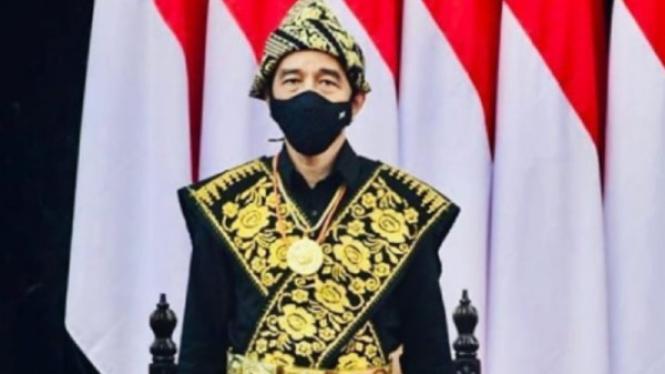 Presiden Joko Widodo berbusana Nusa Tenggara Timur