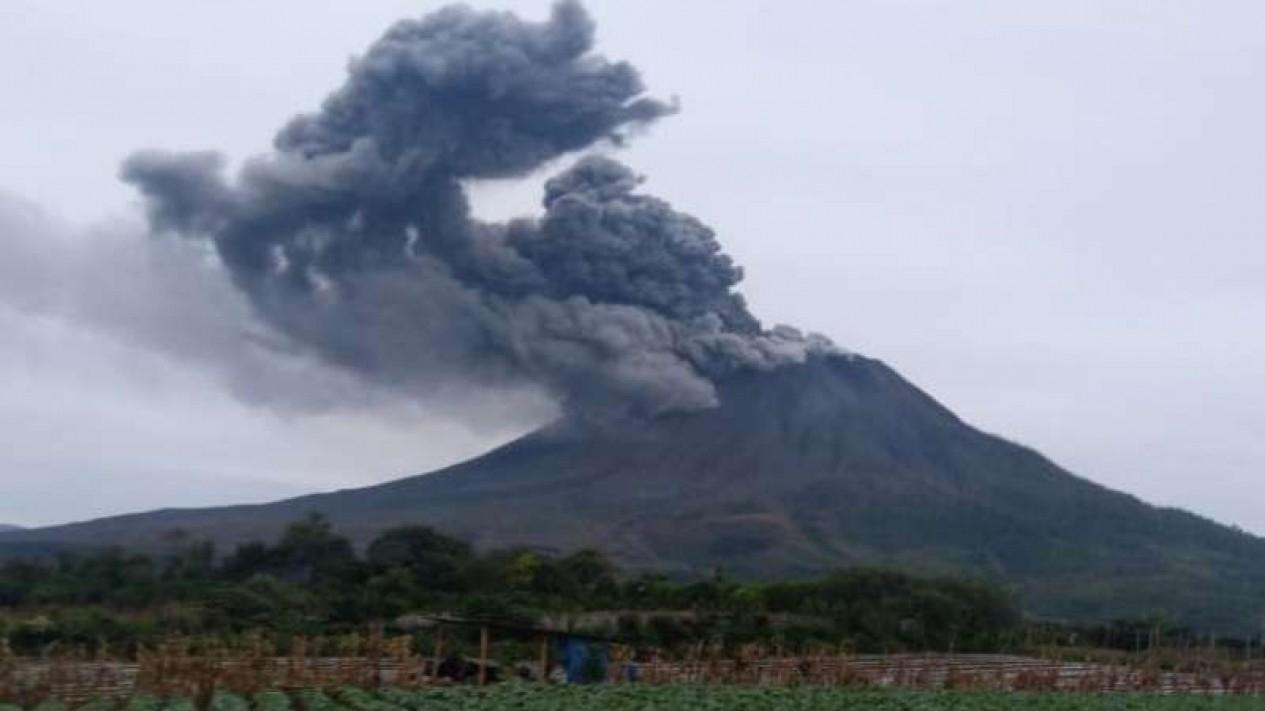 Erupsi Gunung Sinabung di Kabupaten Karo.