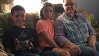Nita Coburn dan kedua cucunya yang selamat dari penculikan