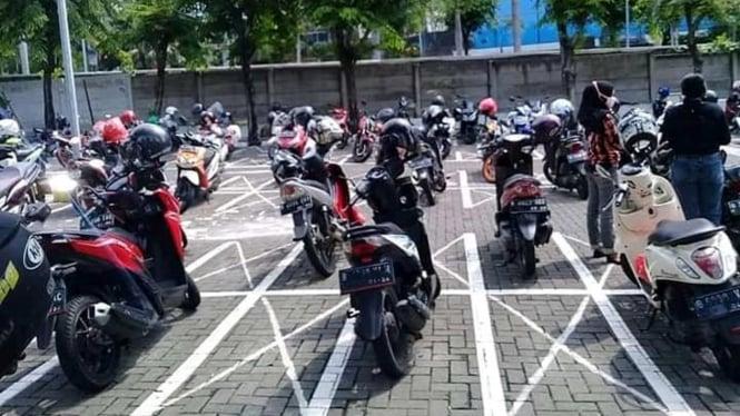 Parkiran sepeda motor