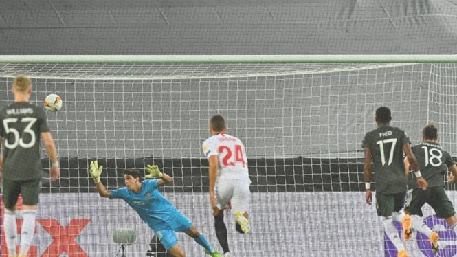 Pemain Manchester United, Bruno Fernandes cetak gol ke gawang Sevilla