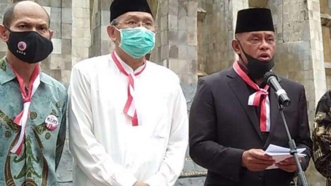Jenderal TNI (Purn) Gatot Nurmantyo (kanan) saat deklarasi KAMI (Koalisi Aksi Menyelamatkan Indonesia) di Tugu Proklamasi Jakarta Selasa 18 Agustus 2020. (Foto ilustrasi)
