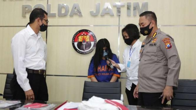 Polisi memperlihatkan tersangka Mami C dan barang bukti di Markas Polda Jatim di Surabaya pada Rabu, 19 Agustus 2020.