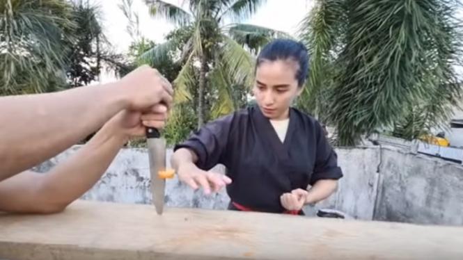 Aksi Chintya Candranaya pukul wortel yang ditancapkan di sebilah pisau