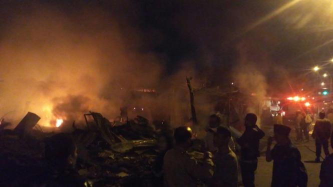 Lapak kayu terbakar di Depok.