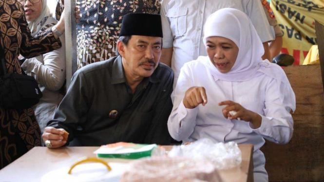 Khofifah Indar Parawansa bersama Plt Bupati Sidoarjo almarhum Nur Ahmad Syaifudi