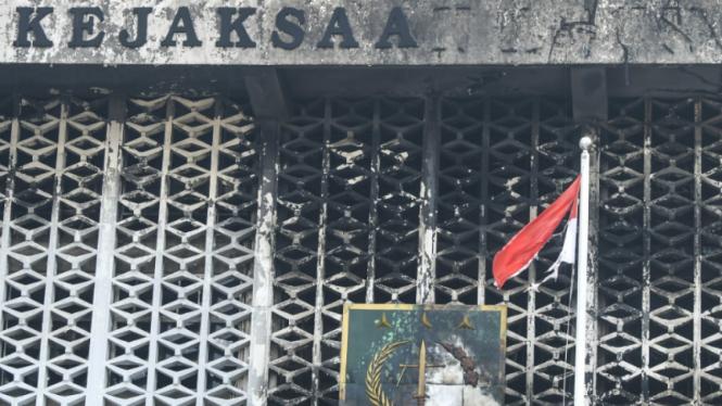 Kondisi gedung utama Kejaksaan Agung yang terbakar di Jakarta