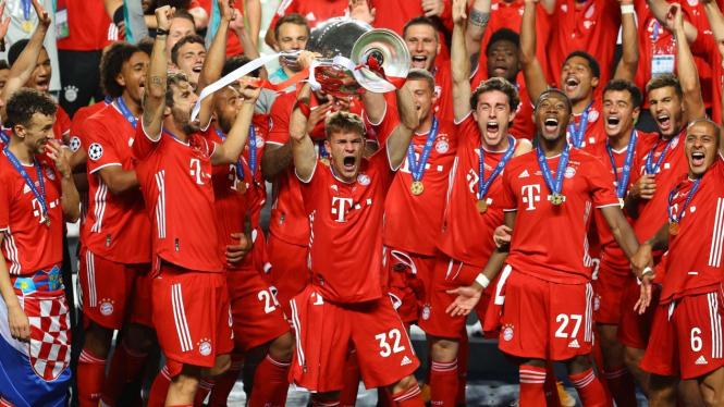 Pemain Bayern Munich mengangkat trofi Liga Champions. Sebagai juara Liga Champions, Bayern akan tampil di Piala Dunia Klub 2020.