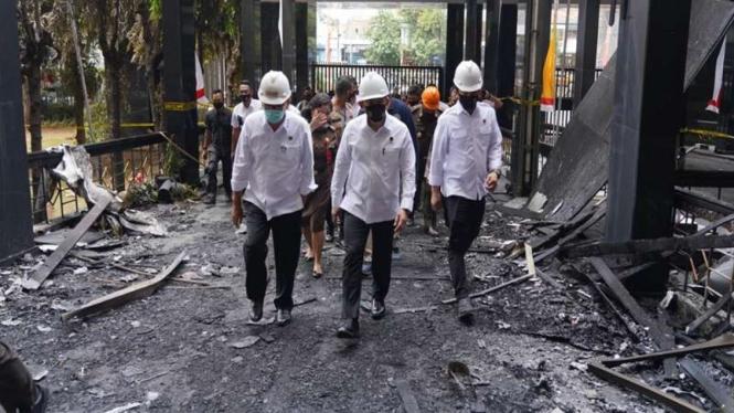 Kabareskrim Polri Komjen Listyo Sigit (tengah) saat meninjau lokasi kebakaran gedung Kejagung