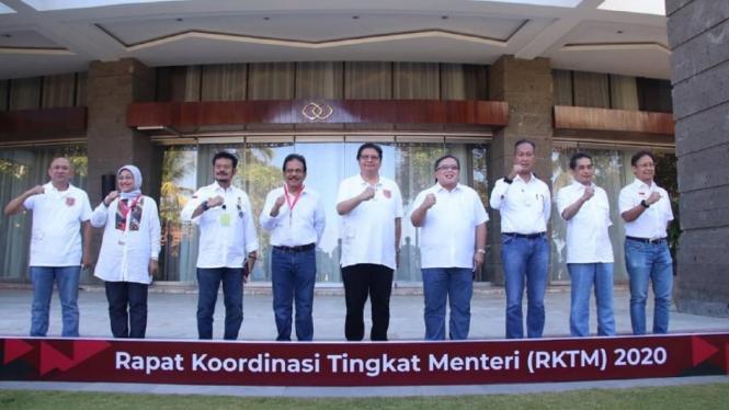 Menko Perekonomian Airlangga Hartarto (tengah) saat Rapat Koordinasi Tingkat Menteri (RKTM) Bidang Perekonomian di Nusa Dua, Badung, Bali, Jumat (21/8/2020).