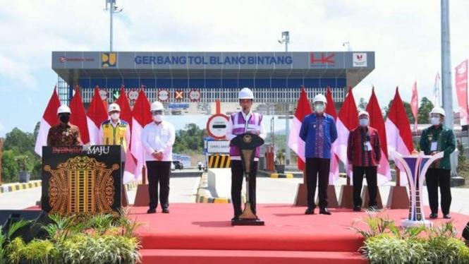 Presiden Joko Widodo resmikan jalan tol pertama di Aceh.