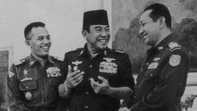 VIVA Militer: Jenderal Nasution (kiri) Bersama Presiden Soekarno