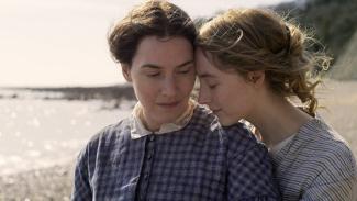 Kate Winslet dan Saoirse Ronan di film Ammonite.