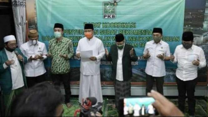 Penyerahan rekomendasi PKB untuk Saifullah Yusuf alias Gus Ipul sebagai bakal calon wali kota Pasuruan Ketua Dewan Syuro PKB Kota Pasuruan, KH Asyari, pada Jumat, 28 Agustus 2020.
