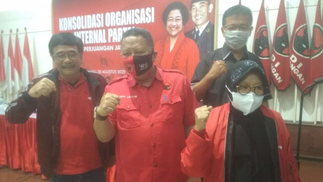 Whisnu Sakti (tengah), Djarot Saiful Hidayat, dan Risma di Kantor PDIP Jatim