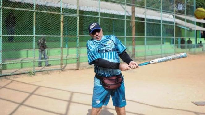 Pelatih Persib Robert Rene Alberts, bermain softball.