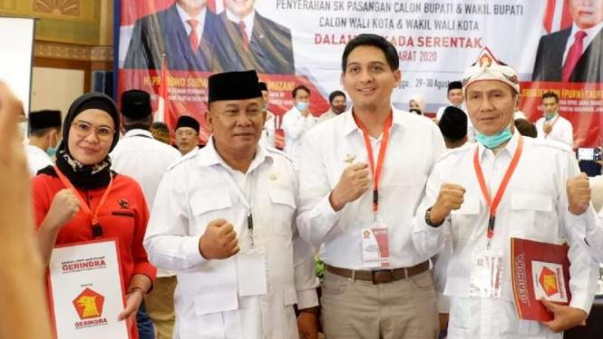 Artis Lucky Hakim (ketiga dari kiri) yang dicalonkan sebagi wakil bupati Indramayu berpasangan Nia Agustina Bachtiar, anak mantan kepala Polri Dai Bachtiar.