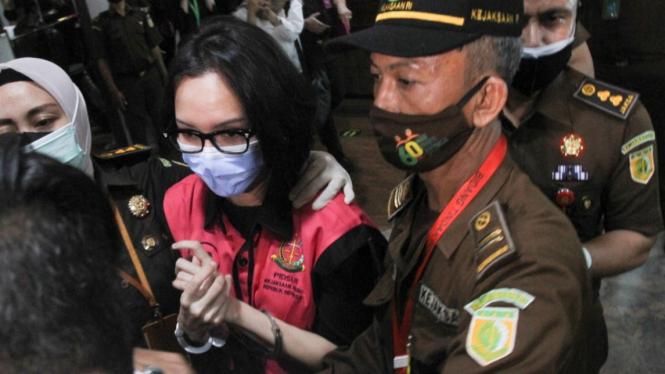 Jaksa Pinangki Sirna Malasari memakai rompi tahanan kejaksaan.