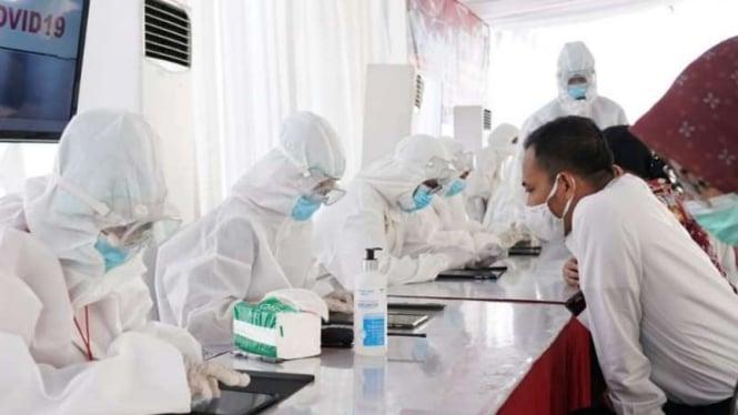Ilustrasi swab test virus corona.
