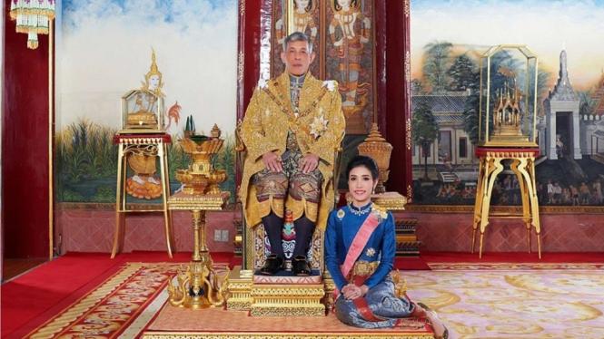 VIVA Militer: Potret Selir Sineenat dengan Raja Thailand Maha Vajiralongkorn