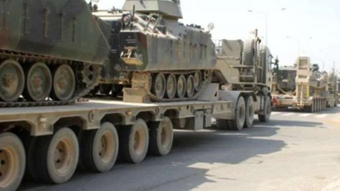 VIVA Militer: Konvoi tank militer Turki ke perbatasan Yunani.
