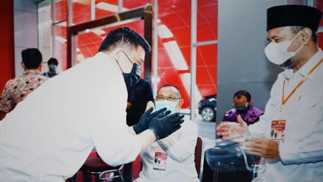 Bobby Nasution saat menyalami rivalnya, Akhyar Nasution di Pilkada Medan 2020