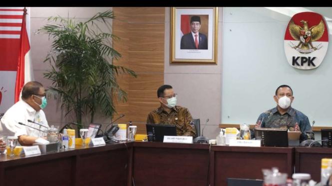 Menteri Sosial Juliari P. Batubara dan jajaran saat menyambangi KPK.
