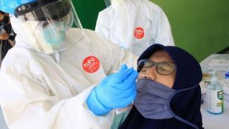 Petugas medis melakukan tes usap (swab test) COVID-19 (Umarul Faruq/ANTARA FOTO)