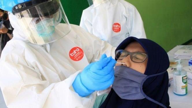 Petugas medis melakukan tes usap (swab test) COVID-19 kepada wartawan di Gor Delta Sidoarjo, Jawa Timur (UMARUL FARUQ/ANTARA FOTO)