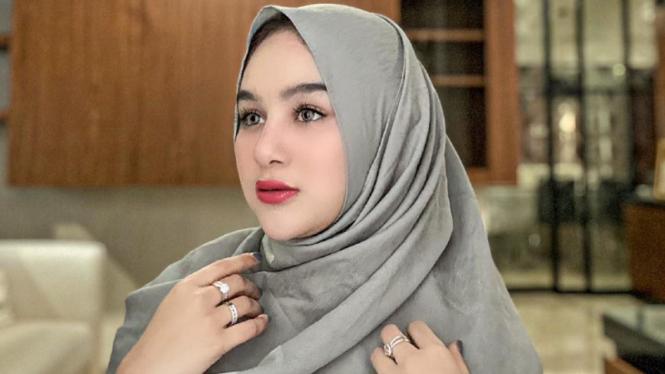 Hana Hanifah berhijab.