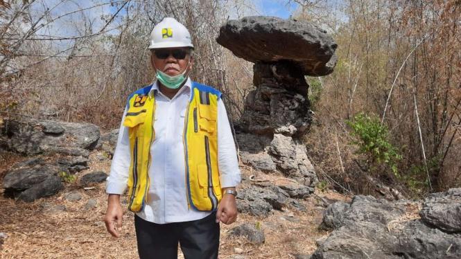 Menteri PUPR Basuki Hadimuljono di Batu Payung, Goa Cermin, Labuan Bajo.