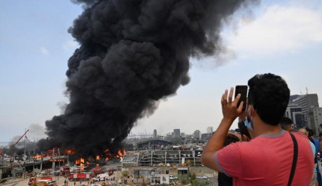 https://thumb.viva.co.id/media/frontend/thumbs3/2020/09/11/5f5adaa828fd5-kebakaran-lagi-di-pelabuhan-beirut-sebulan-setelah-ledakan-amonium-nitrat-apa-penyebabnya_663_382.jpg