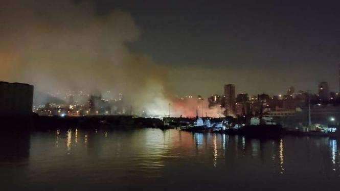 Suasana kebakaran di Pelabuhan Beirut Lebanon dari jauh Kamis 10 September 2020