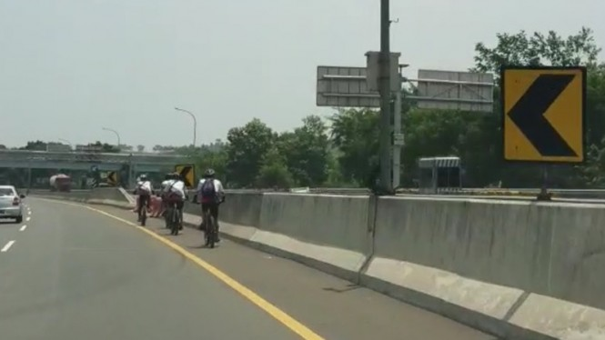 Rombongan pesepeda masuk tol Jagorawi arah Bogor