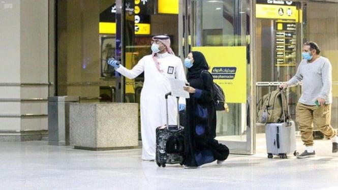 Warga Arab Saudi tiba di Bandara Internasional King Fahd, Damam, Arab Saudi.