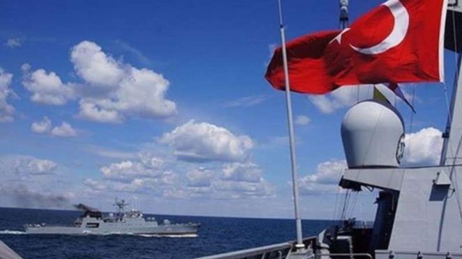 VIVA Militer: Kapal perang Turki mengawal ketat kapal seismik Oruc Reis.