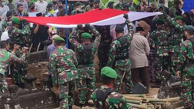VIVA Militer: Pemakaman jenazah Sersan Satu TNI Heru Susanto.