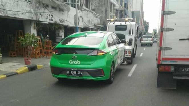 Mobil listrik Hyundai Ioniq milik taksi online diderek Dishub