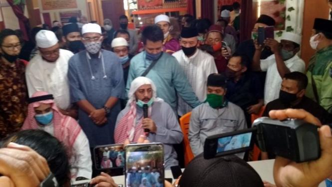 Syekh Ali Jaber menggelar konferensi pers di Lampung terkait penusukan