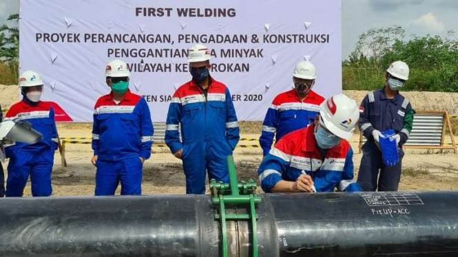 Pertagas melakukan pengelasan perdana di konstruksi pipa minyak blok rokan.