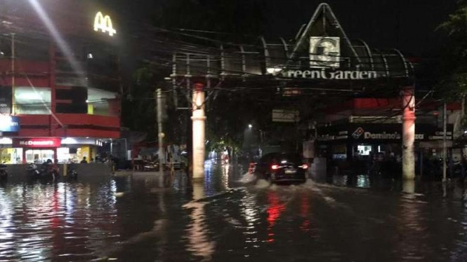 Genangan air muncul di Kedoya usai hujan selama dua jam.