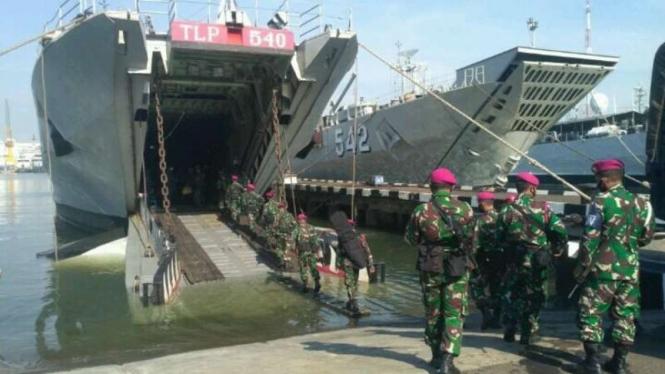 VIVA Militer : KRI Teluk Lampung 540 Angkut personil Marinir jaga pulau terluar