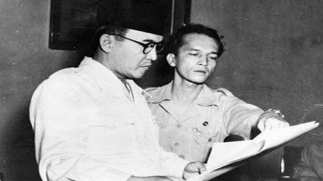 VIVA Militer: Mayor Jenderal TNI dr. A.K. Gani (kanan) Bersama Presiden Soekarno