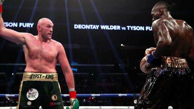 Pertarungan Tyson Fury (kiri) melawan Deontay Wilder