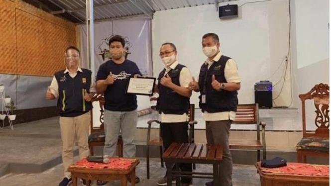 Pemberian dana bantuan secara simbolis oleh General Manager PLN UIW Sulselrabar, Ismail Deu kepada pendiri Komunitas Sahabat Jamur, M. Ichwan.